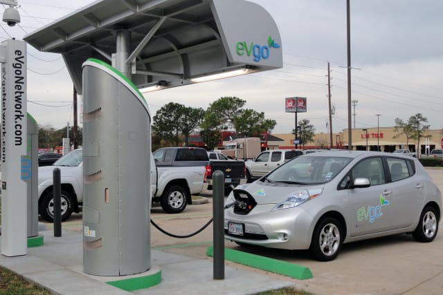 Nissan Leaf at a DC fast charging station. (Image courtesy of flickr user Mariardo)