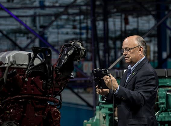 DEMONSTRATING AR CAPABILITIES ON A VOLVO TRUCK ENGINE. During LiveWorx in Boston, PTC's Jim Heppelmann demonstrated how to use PTC's Vuforia platform in the quality work on the workshop floor related to a Volvo truck engine. With a tablet, he was able to show how the software identified the individual engine, the parts that were included, and he could also pick up the 3D models of each component and at the same time check that everything was in the right place. But AR is just one part of the development of the digital thread.
