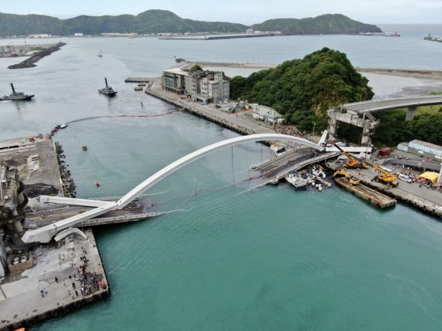 The Nanfang'ao bridge in eastern Taiwan suffered a catastrophic collapse on October 1, 2019, killing six and wounding a dozen others. Engineers are trying to determine how it happened. (Image courtesy of Taiwan News.)