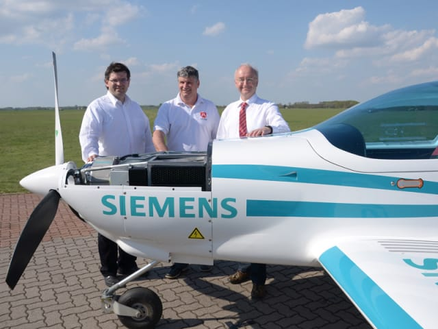 An eFusion aircraft with company executives in happier times. (Image courtesy of Magnus Aircraft.)