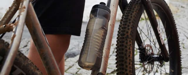 Fabric's innovative cageless water bottle. (Image courtesy of Fabric.)