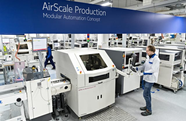 """Nokia showcases its integration of automation into its """"factory of the future."""" (Image courtesy of Nokia.)"""