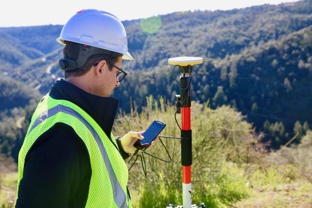 With a Catalyst subscription, users can plug a Trimble DA1 antenna into an android device to use third-party apps, such as 3DR GCP. (Image courtesy of 3DR.)