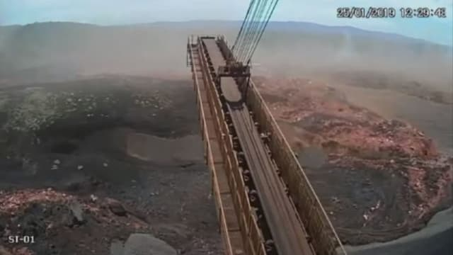 Captured footage of the dam collapse shows the river of mud sweeping over the mine's administrative area (the advance wave of the flood is visible on the right. (Image courtesy of TV BANDEIRANTES.)