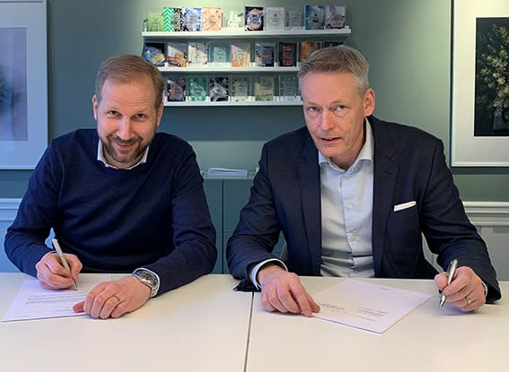 A SURPRISING DEAL. Johan Pålsson (left), co-managing partner at CapMan Buyout, and PDSVISION's CEO, Johan Klingvall, sign the document that makes the investment fund's 11th fund the principal owner of the PTC partner. PDSVISION is one of PTC's largest European channel partners on the PLM side.