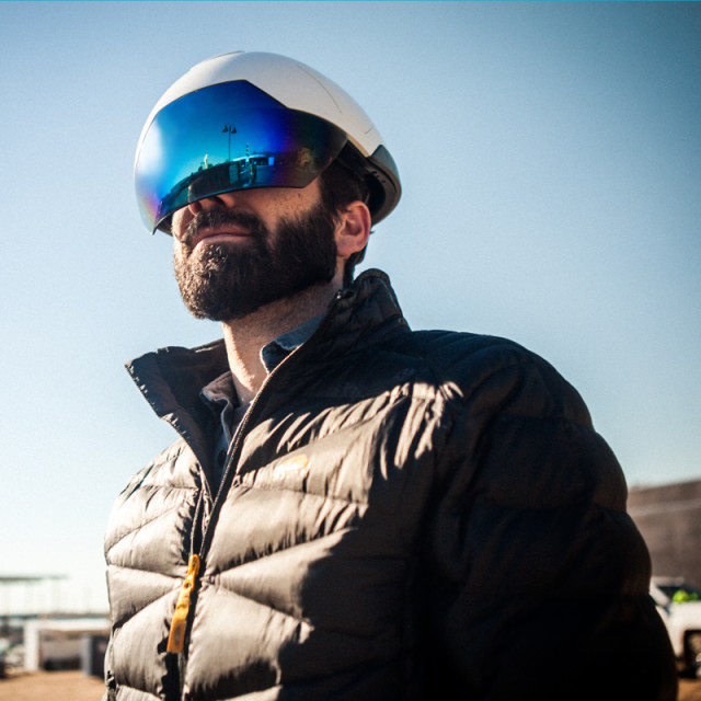 The DSH's face shield and the hard helmet itself are ANSIcompliant. The outer shell is injection-molded plastic. (Image courtesy of DAQRI.)