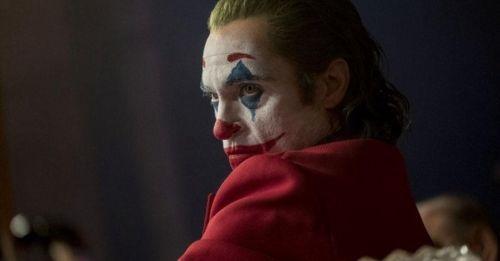《小丑》:一把左輪手槍完成戲劇效果,兼具黑暗與深度的藝術電影