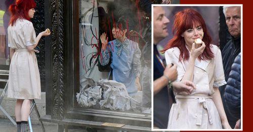 又有劇照!《Cruella》最新造型曝光,Emma Stone為什麼會染了一頭紅髮?