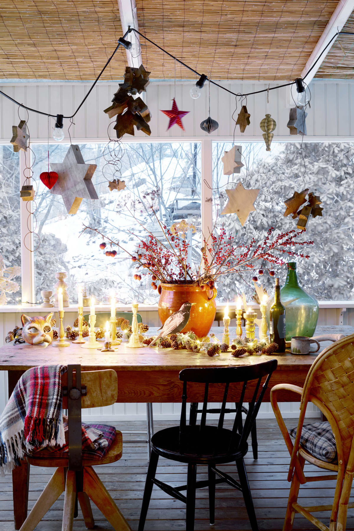 Våga möblera med udda stolar. Längst till hö handgjorda flätade klassikern, LC stolen, 2 495 kr, Gösta Westerberg. Övriga är loppisfynd. Ljusslinga Granit, 469 kr. Trästjärnor, design Andrea Brugi (pris på förfrågan). Ljusslinga på bordet förhöjer feststämningen,Watt&Veke har många olika alternativ. Placera ut mängder med udda ljusstakar. Här gamla i trä - mässing är fint alternativ. Övriga ting loppisfynd.
