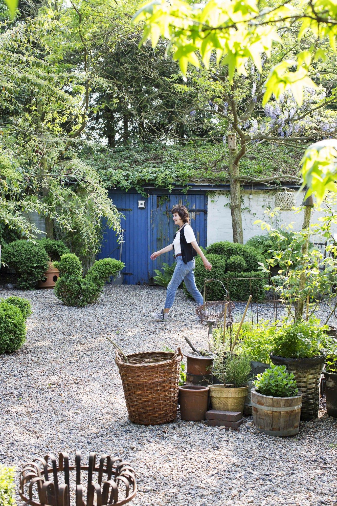 Heidi Palmgren lever som hon lär i den egna trädgården