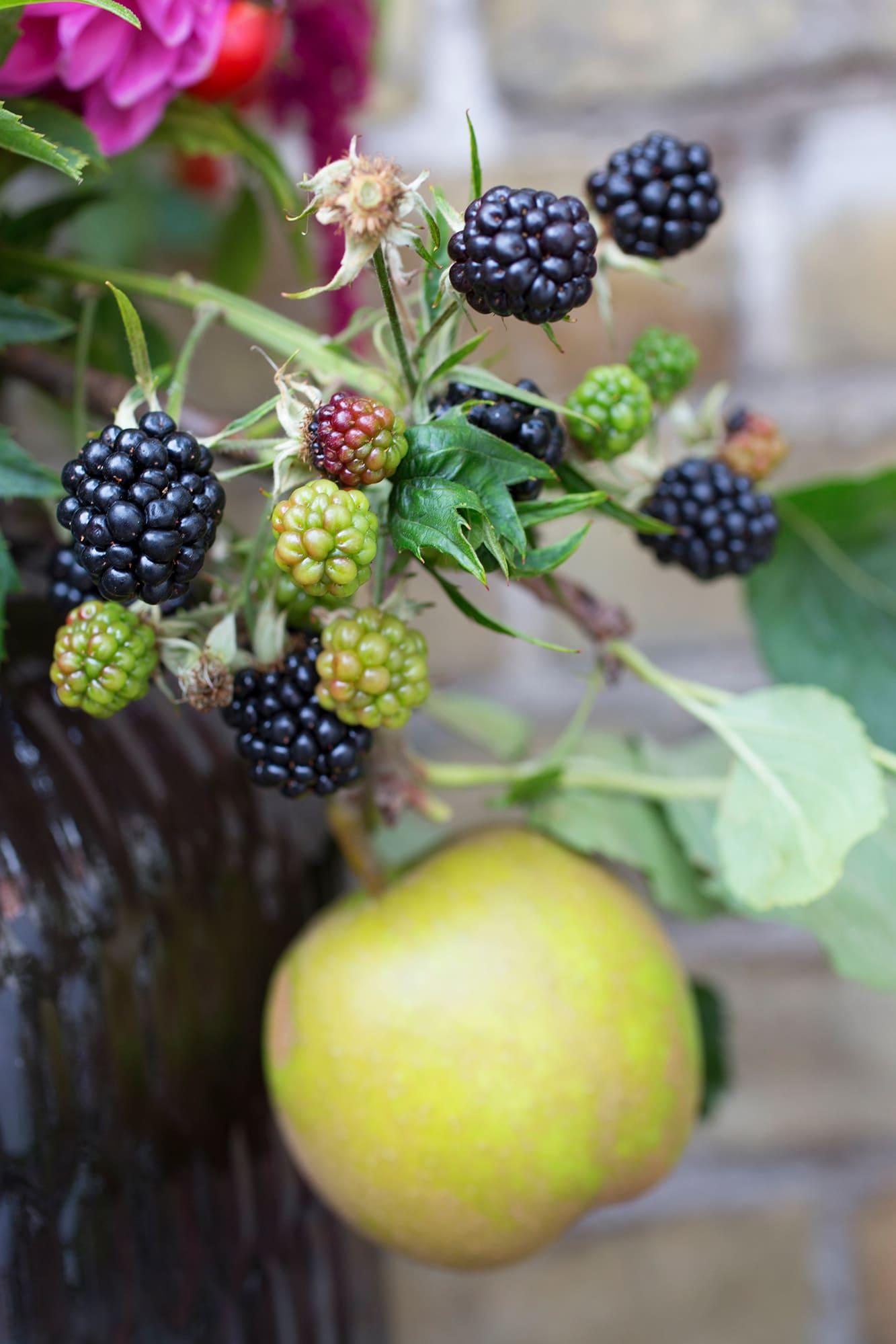 Inte bara blommor. Glöm inte att använda frukt och bär när du gör buketter.