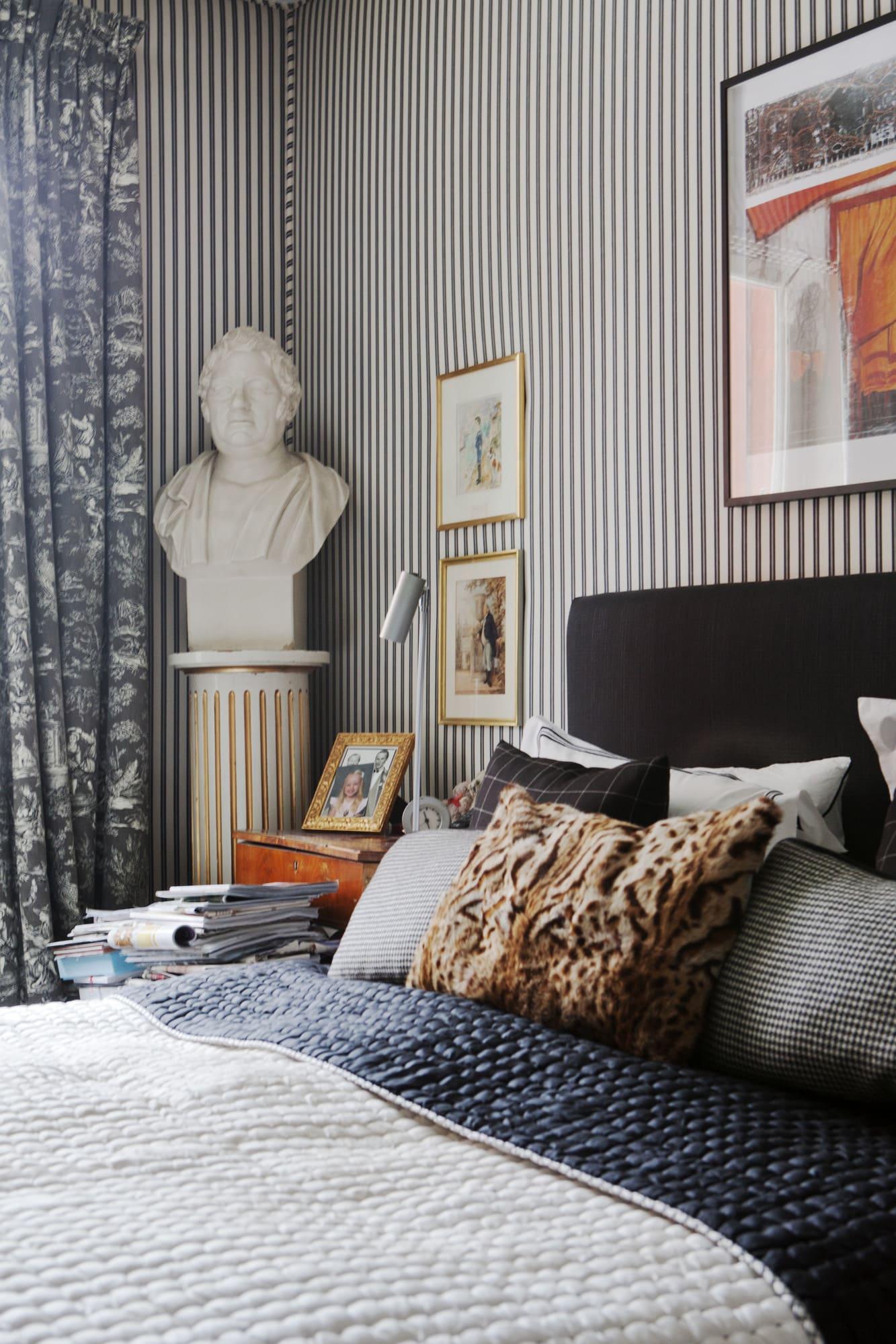 Tygerna som sovrumsväggarna är spända med kommer från Ralph Lauren, gardintyger Pierre Frey, Sängöverkast Designers Guild, bysten är ärvd och konstverket ovanför sängen är Christos The Gates från New York.