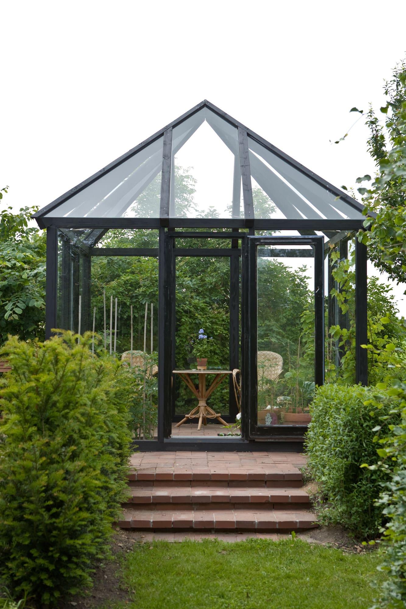 Litet växthus med fin utsikt överv trädgården.
