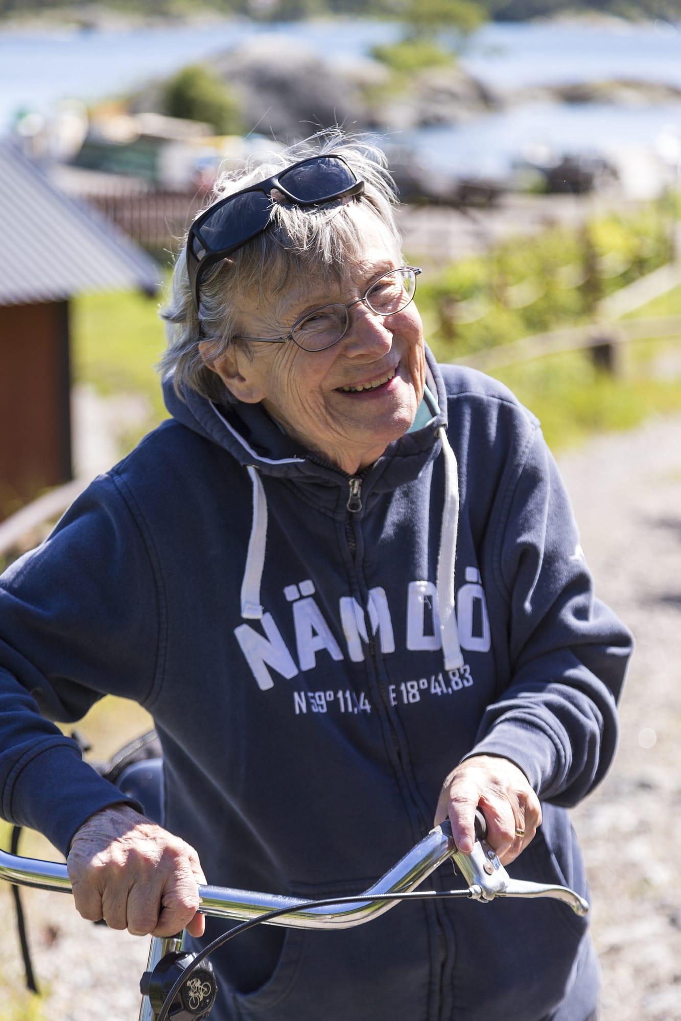 Barbro Nilsson trivsbra i stugan som hon försöker tillbringa många sommardagar i.