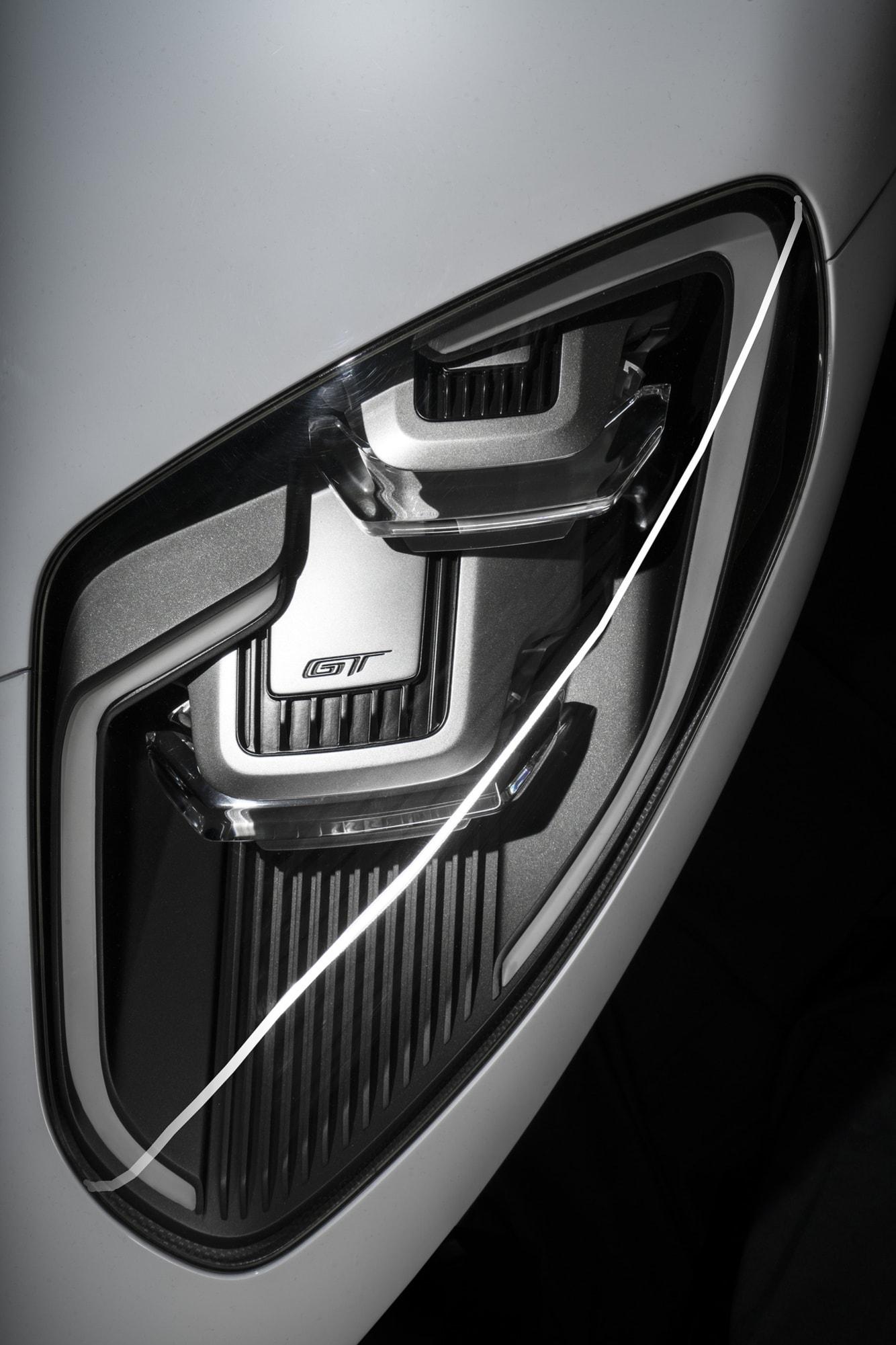 De maffiga strålkastarna fram för verkligen tankarna till de äldre generationerna av Ford GT.