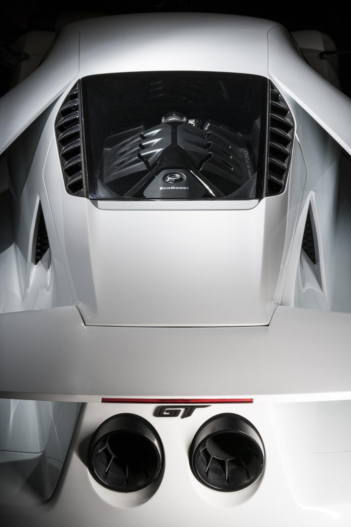 Hjärtat i nya Ford GT är en 3,5 liters V6 motorn med dubbla turboaggregat och på 647 hästar. Längst bak sitter två stora ändrör med en GT logo mellan.