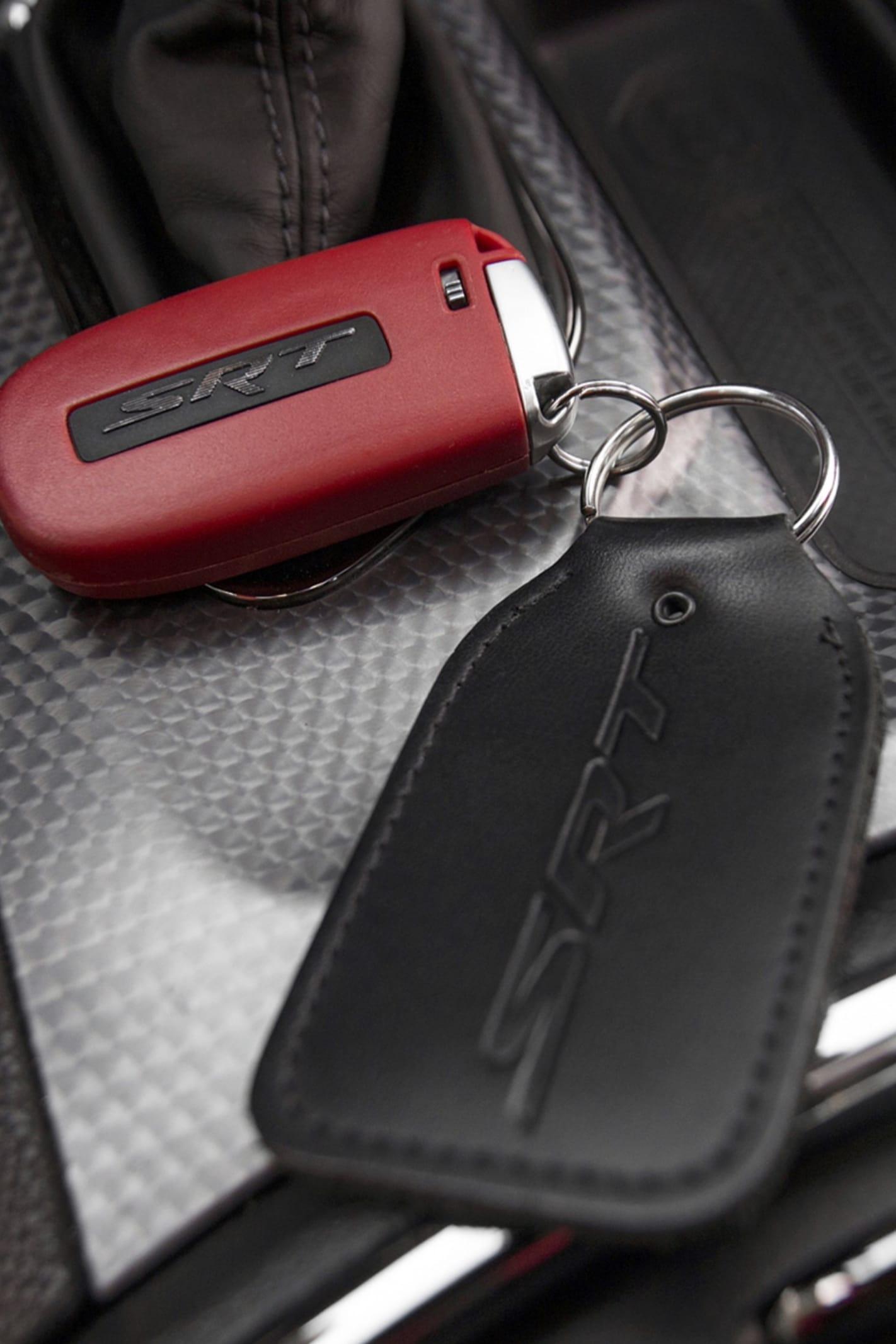 Till Dodge Charger Hellcat får man två nycklar, en svart och en röd. Den svarta släpper inte lös bilens alla kraftresurser utan begränsar effekten till 507. Den röda däremot ger dig tillgång till samtliga 717 hästar.