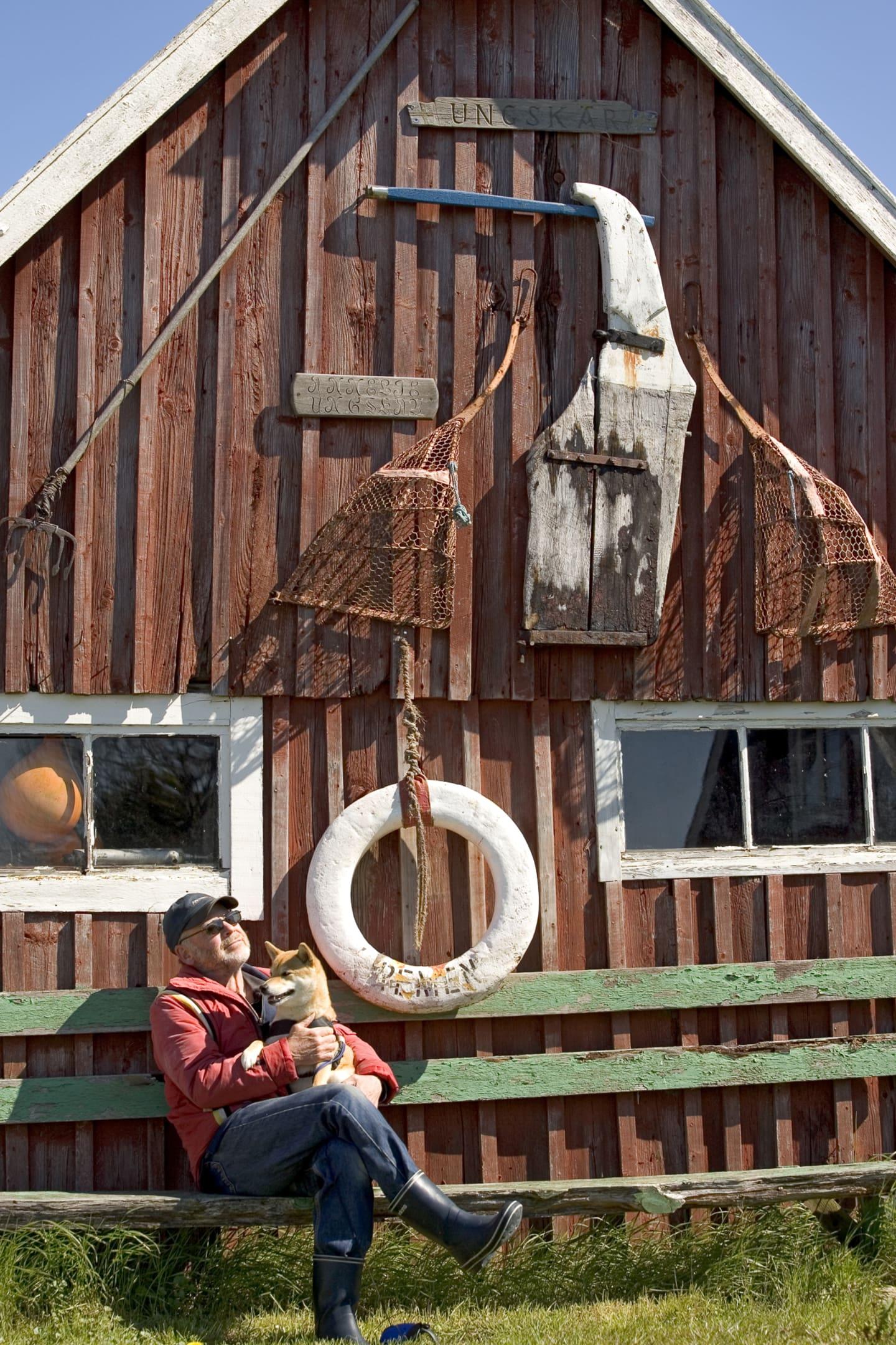 Claes Löwdahl njuter av liter som öbo i Karlskrona skärgård. Som seglare trivs han nära havet.