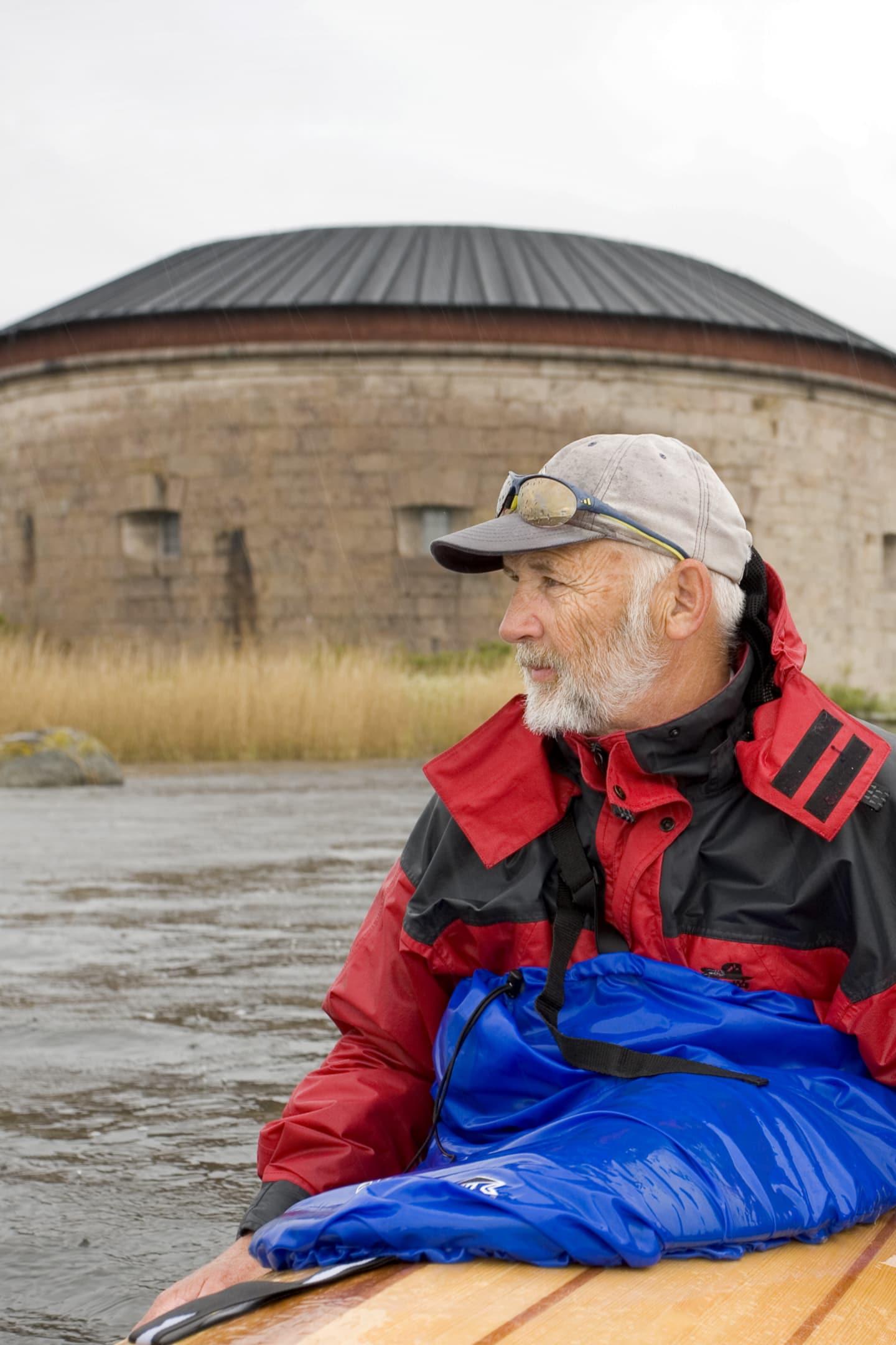 Krister Andersson funderar över regnet och den kalla våren. Krutförrådet på Kurrholmen tillhör världsarvet.