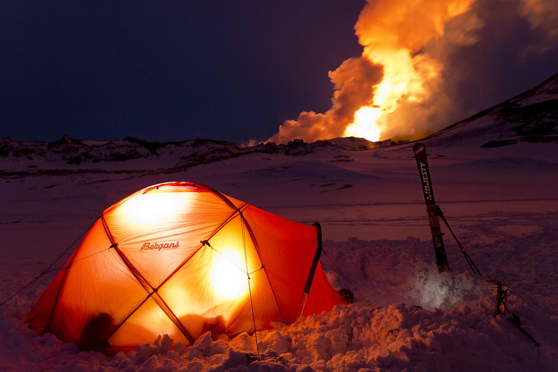 Tältet placerat på lagom avstånd från Tolbatjiks utbrott.