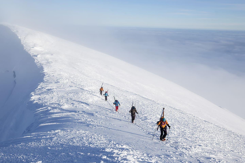 Sista biten mot toppen går längs kraterkanten av Beerenberg.