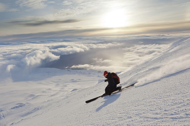 Johan Engebratt njuter av skidåkning i kvällsol ner från toppen av Beerenberg.