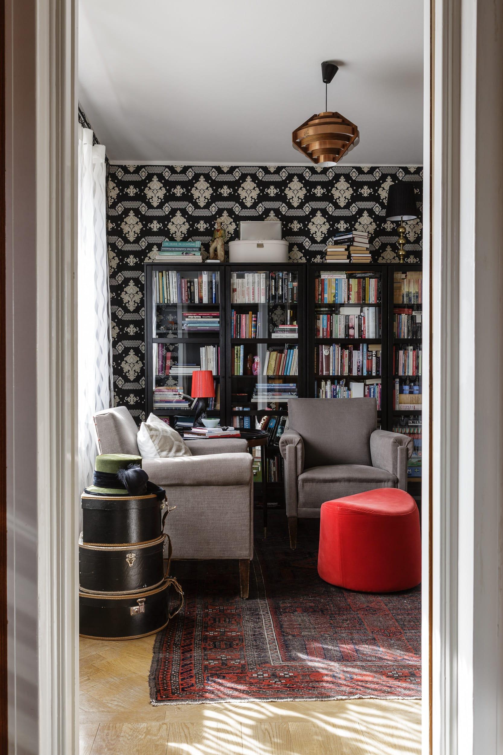 I sällskapsrummet bestämde sig Michaela och Niklas att inreda efter hur rummet var tänkt att användas när det byggdes. Tapeten kommer från Decor Maison, kollektionen Modern Classics.
