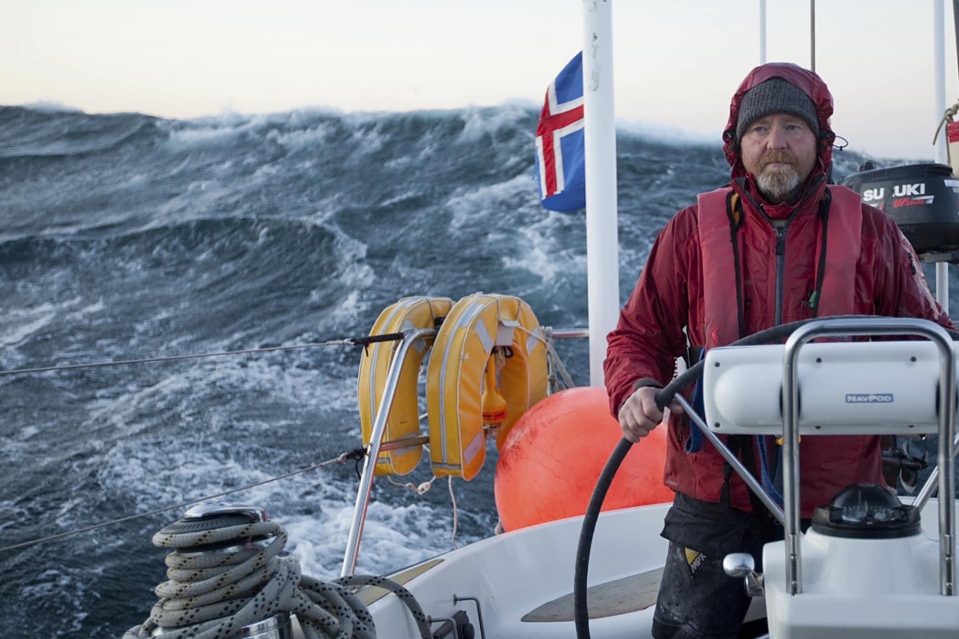 Det är en tuff segling från Island till Jan Mayen.