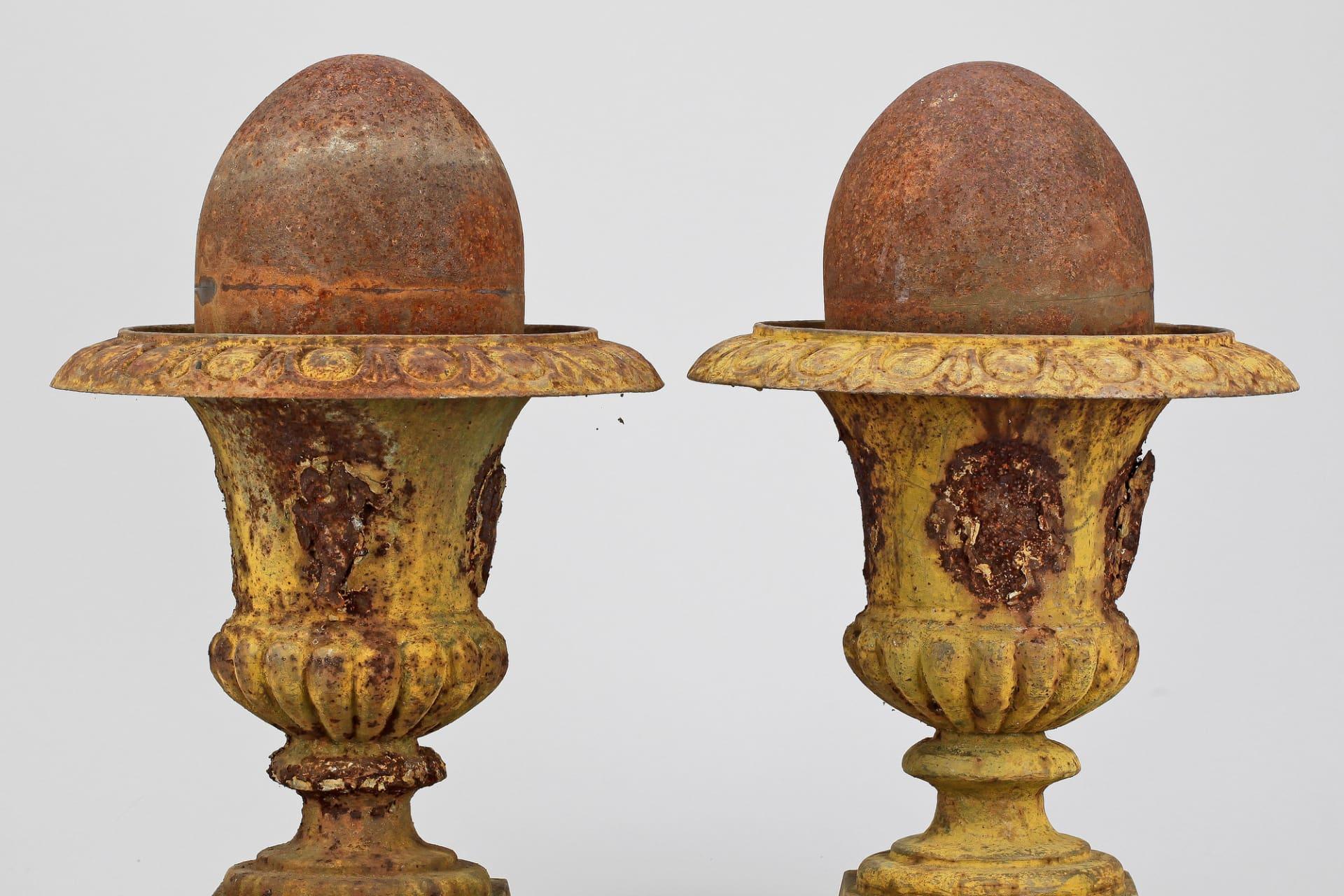 De gulmålade gjutjärnsurnorna har åldrats fint och passar vid en entré, på en terrass, eller varför inte på en balkong? De är cirka 43 cm höga och hade ett utropspris på 2000 kr på Bukowskis nätauktion.