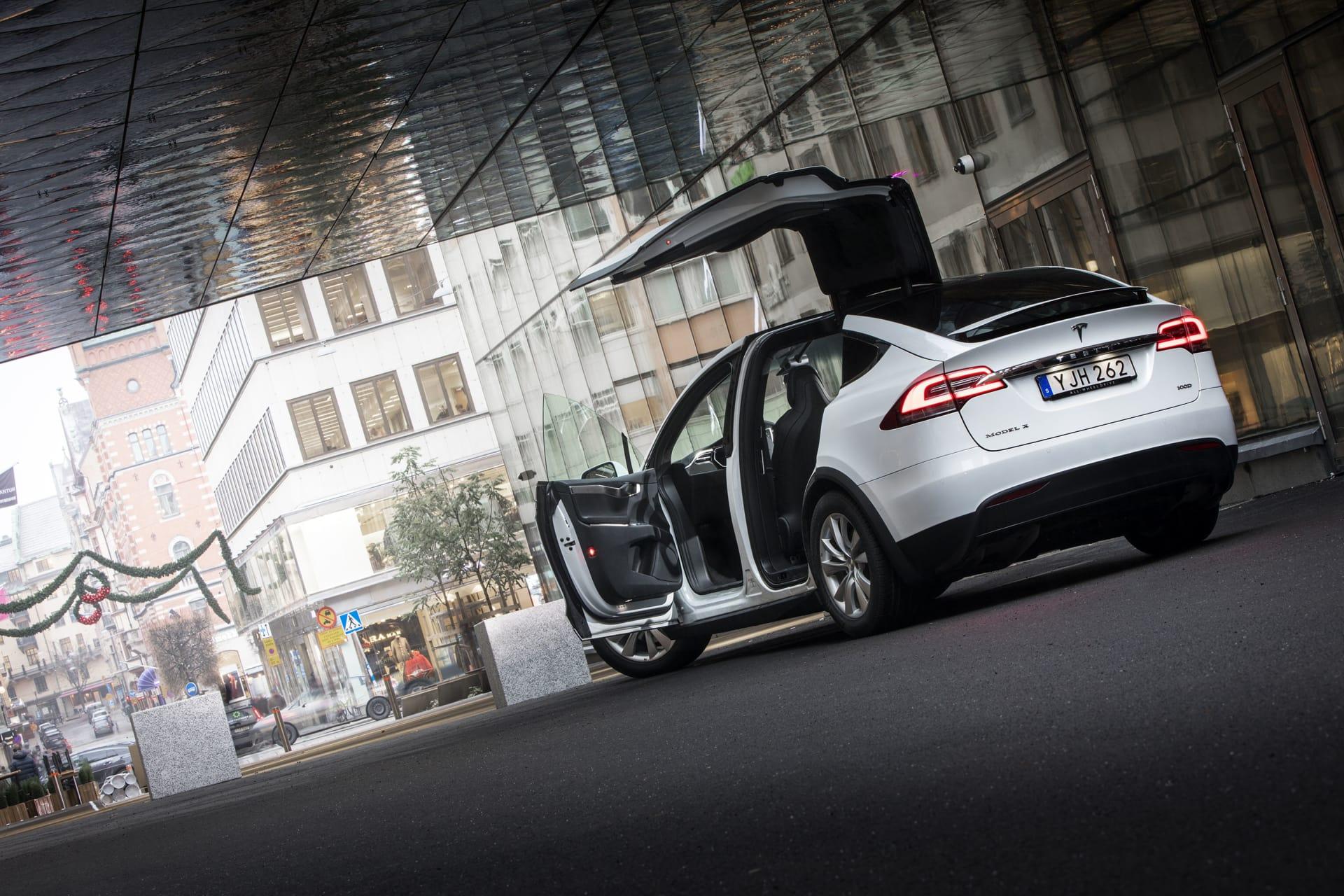De bakre dörrarna på Tesla Model X öppnas uppåt. Framdörrarna stänger sig automatiskt när man trycker ner bromspedalen. Allt i Tesla Model X är high-tech och det känns att detta är en ny era för bilar likt den när iPhoneintroducerades.