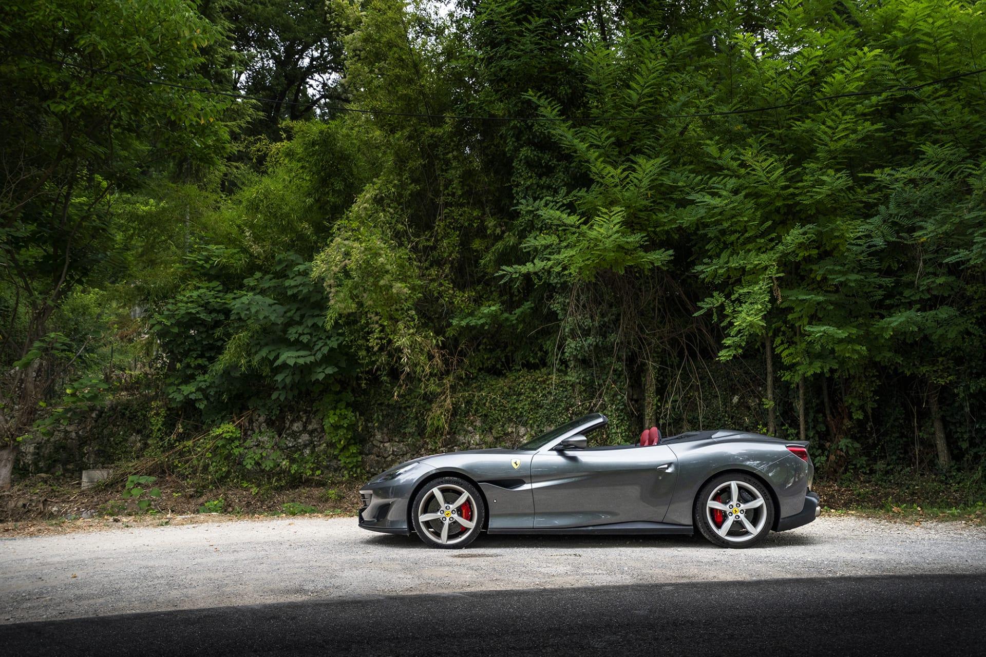 Den vackra och slanka profilen skvallrar om hur många timmar som lagts vid ritbordet för att skapa Ferrari Portofino.