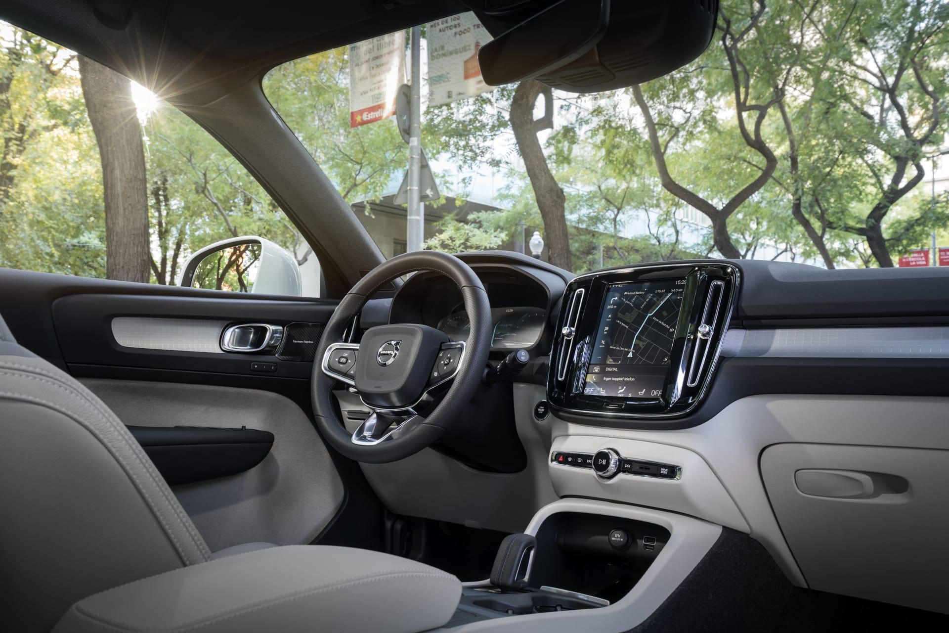 XC40 har en interiör som de flesta borde förstå sig på. Få reglage och en stor bildskärm gör det enkelt att sköta det som ska även när man kör.