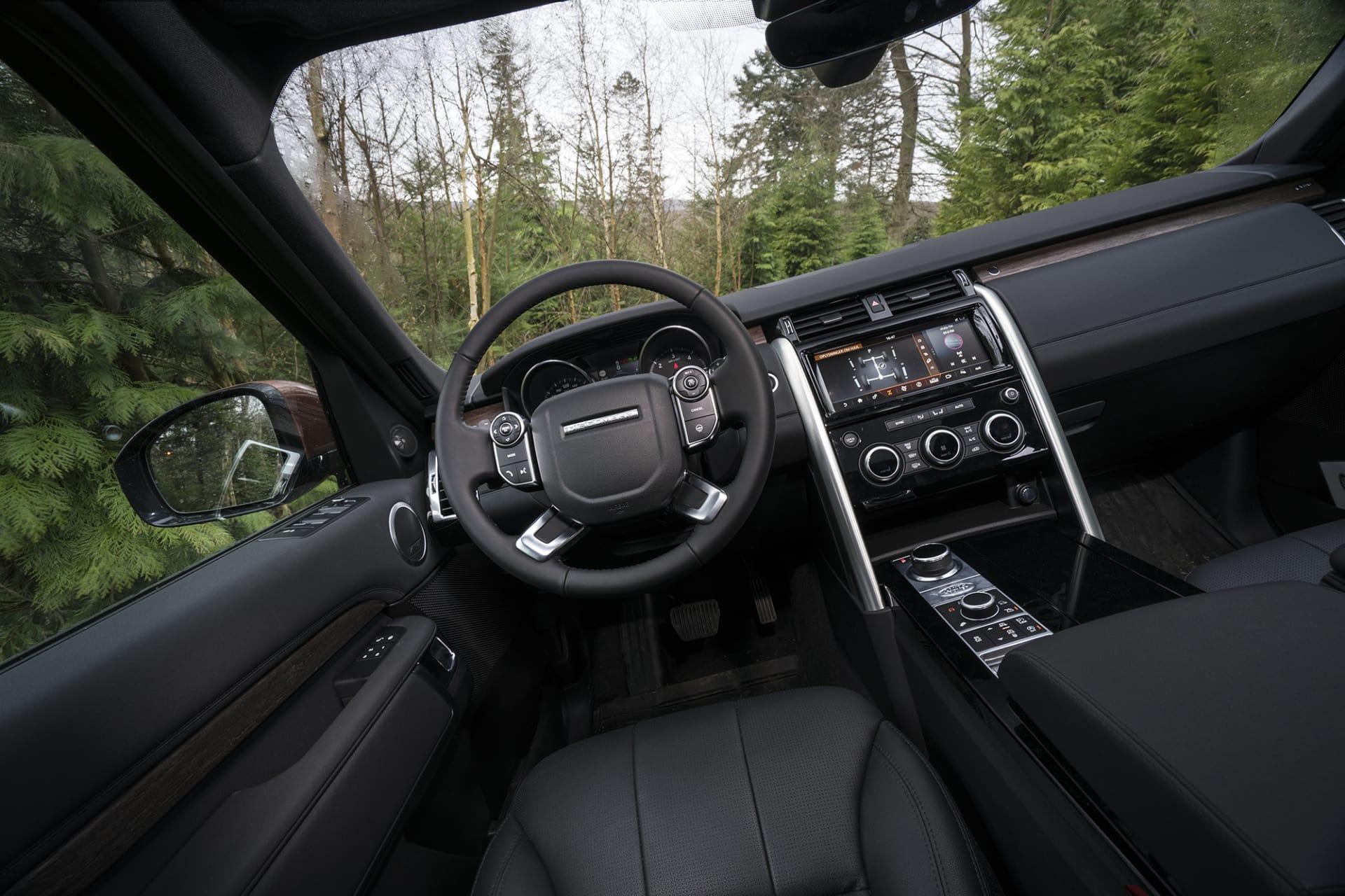 Få bilar klarar sig bättre i skog och terräng än Land Rover Discovery 5.