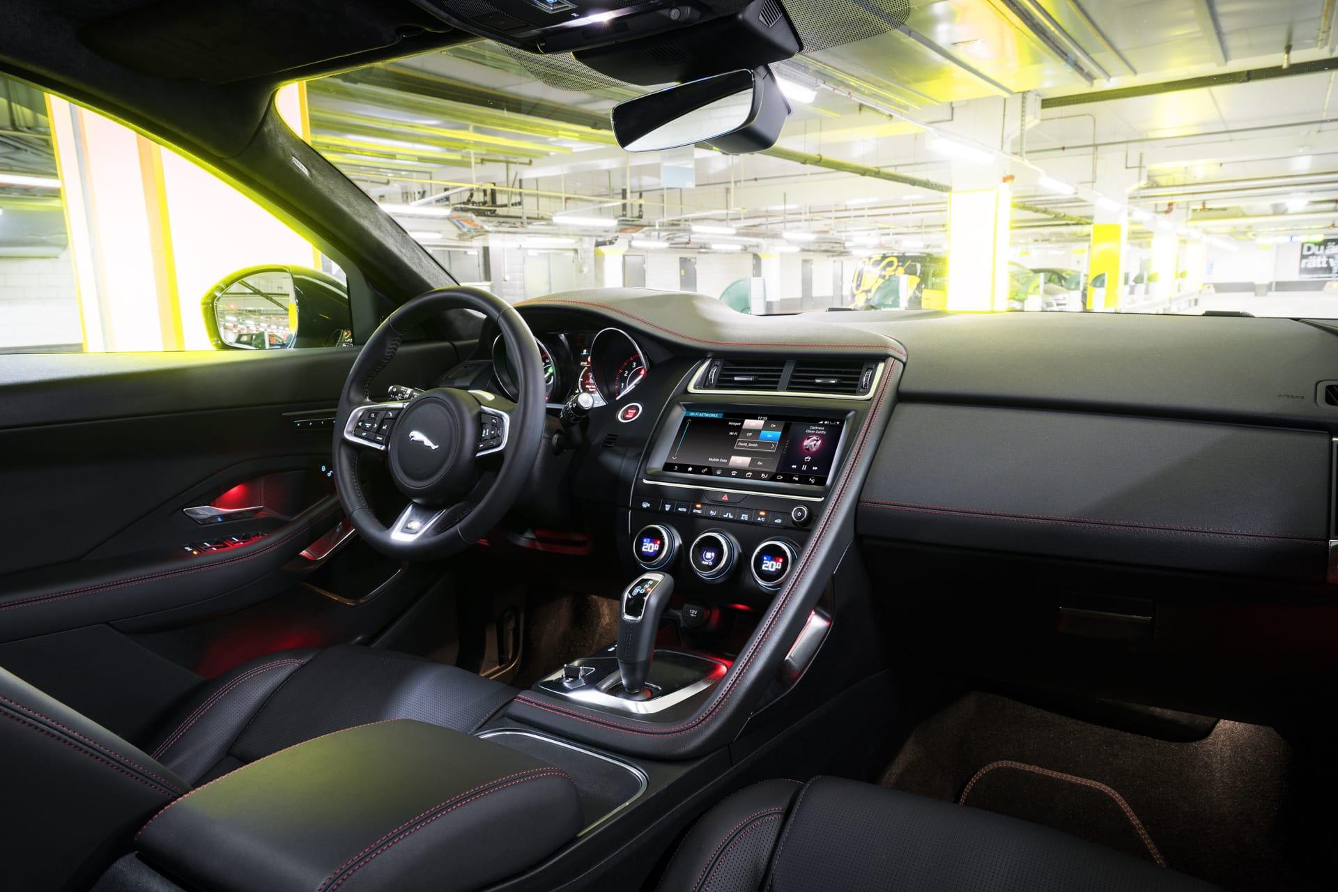 Röd ljus och röda sömmar ger en sportig och utmanande look i interiören. Ett bättre infotainmentsystem med Apple CarPlay hade kunnat önskas dock. Som tillval kan tak och dörrstolpar täckas med alcantara.
