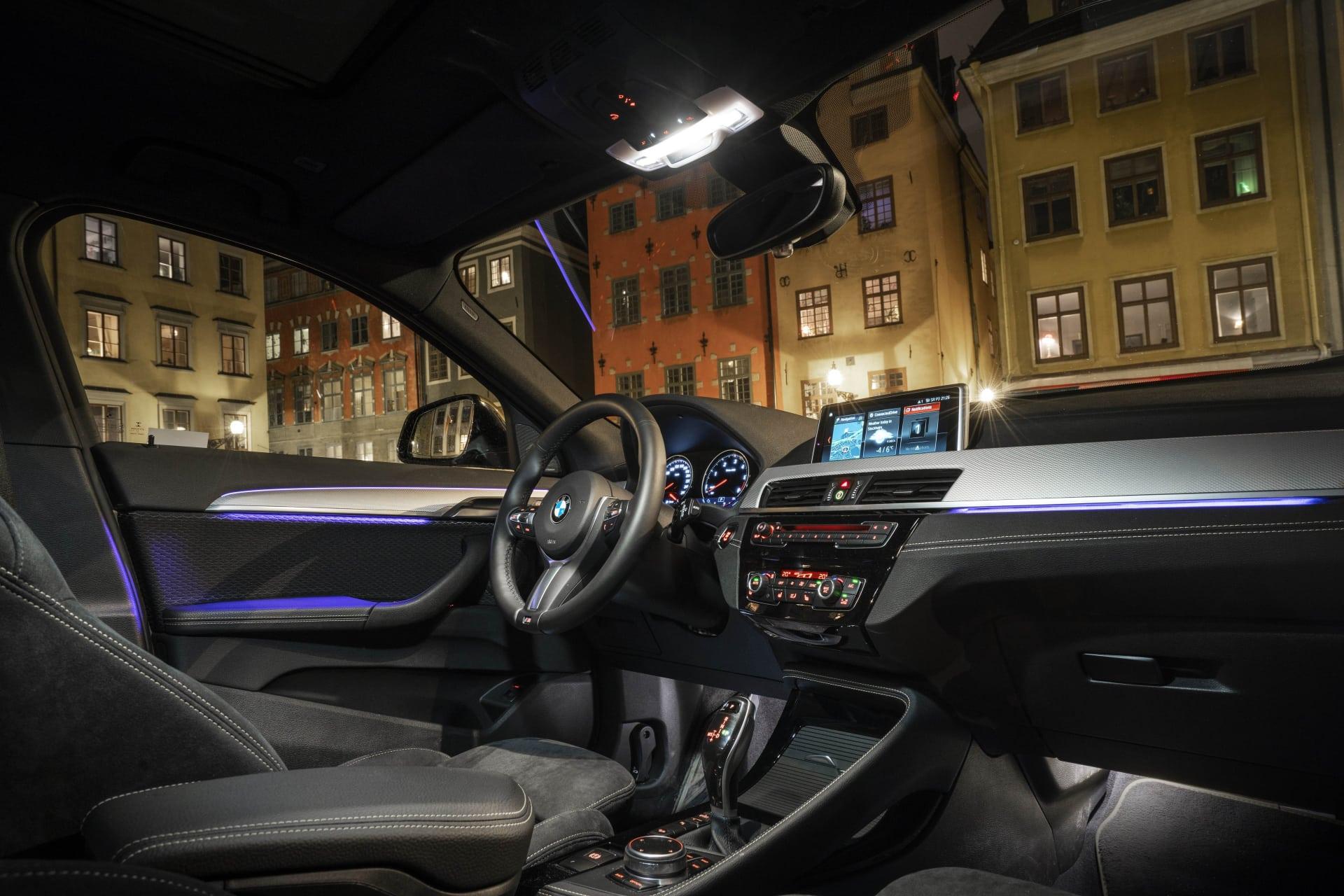Interiören på BMW är som vanligt lätt att tyda. Numera har infotainmentskärmen som sticker upp i överkanten av mittkonsolen pekfunktion. I underkanten av panelerna sitter snygg belysning som går att ändra färg på.
