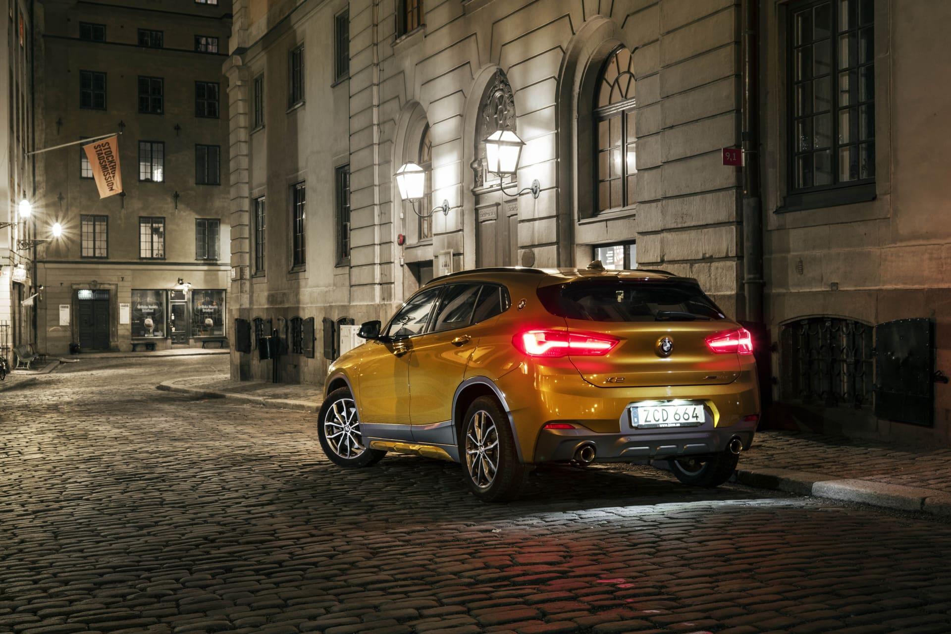 Den guld oranga introduktionsfärgen på X2 får bilen att sticka ut ordentligt från mängden.