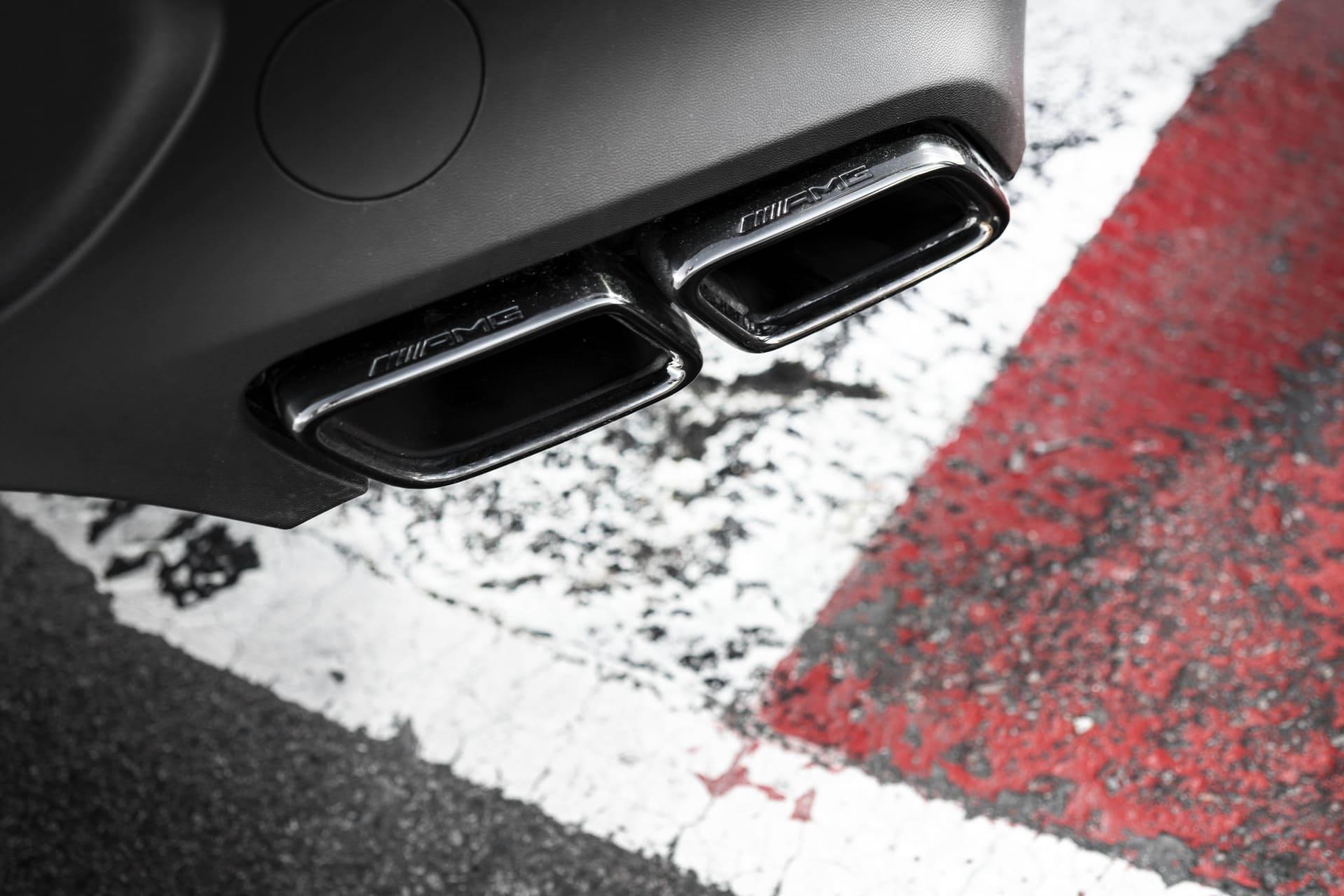 Från de fyra avgaspiporna baktill kommer skönsång även på låga varv när bilen står på tongång.