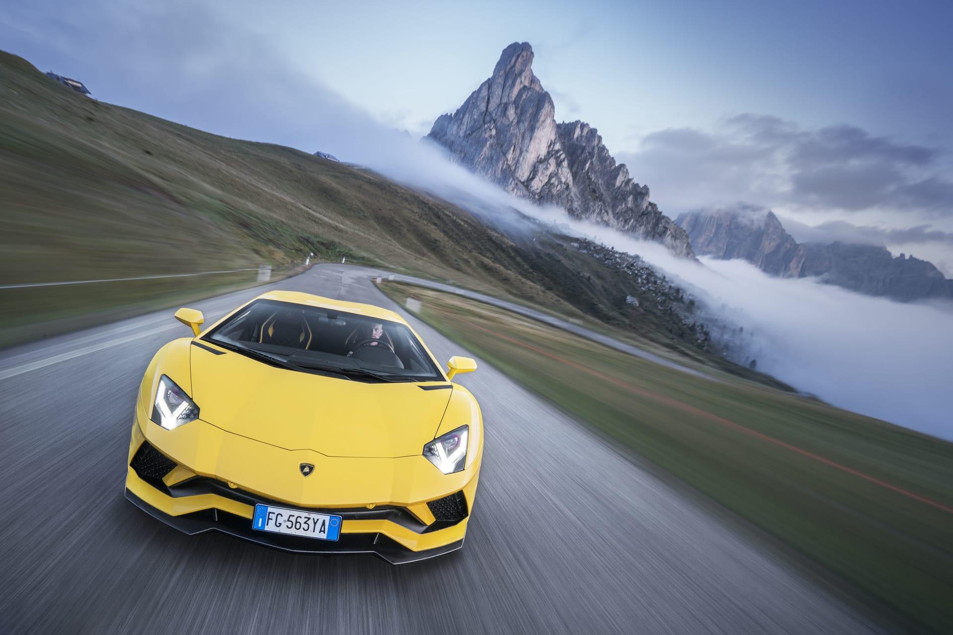 Fortfarande med lika mycket hetlevrat blod som sina föregångare visar Lamborghini var skåpet ska stå när det kommer till sina V12-försedda tjurar. Aventador S fortsätter sagan med ny teknik som fyrhjulsstyrning och ännu mer kraft.