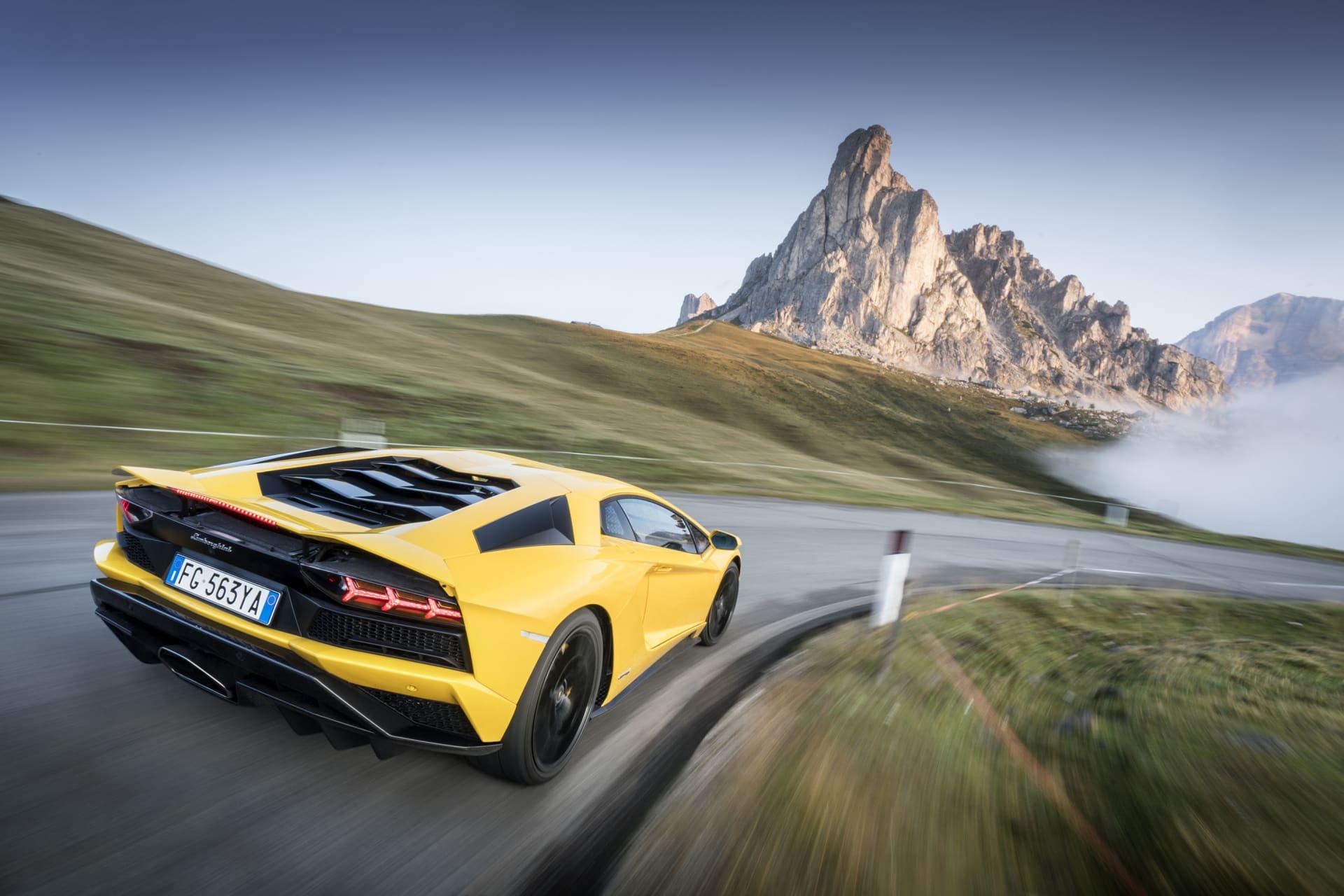 Soluppgång och dimman som lättar. Vägen helt fri från till och med cyklister och turistbussar och en Lamborghini V12 motor på fullt varv. Närmare himlen är så här blir det inte i levande form.