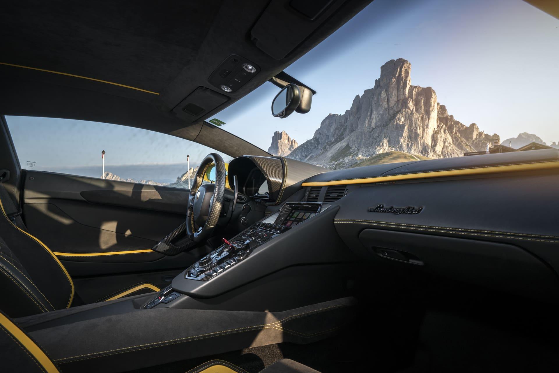 Interiören i Aventador S kan mer liknas som den i ett stridsflygplan. Startknappen är gömd under en ilsket röd skyddsflapp som måstre fällas upp. Materialvalen är en härlig blandning av läder, alcantara och kolfiber.
