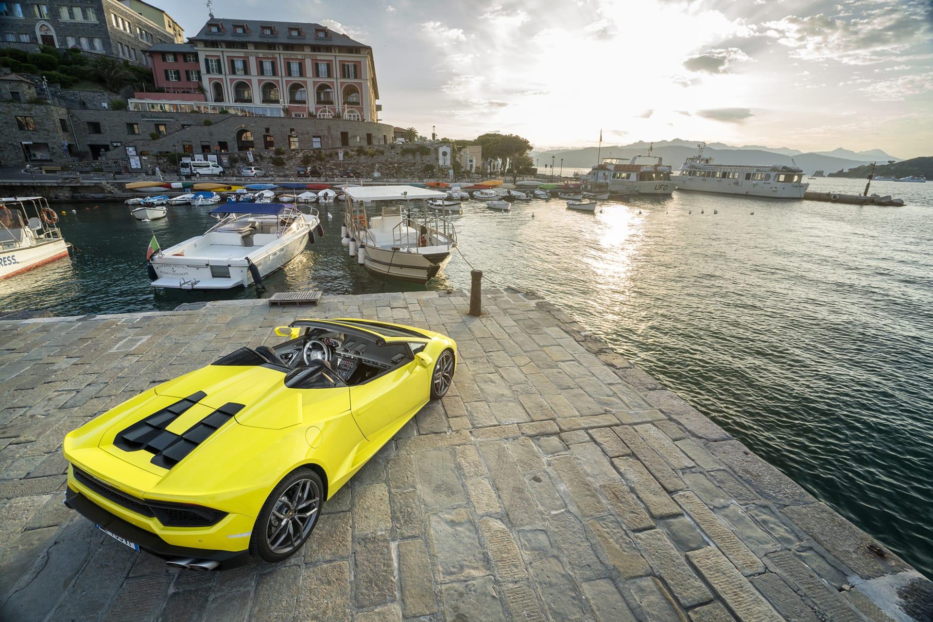 Solen går sakta upp i Portovenere, en perfekt dag nalkas för att njuta av Huracán RWD Spyder med taket nere.