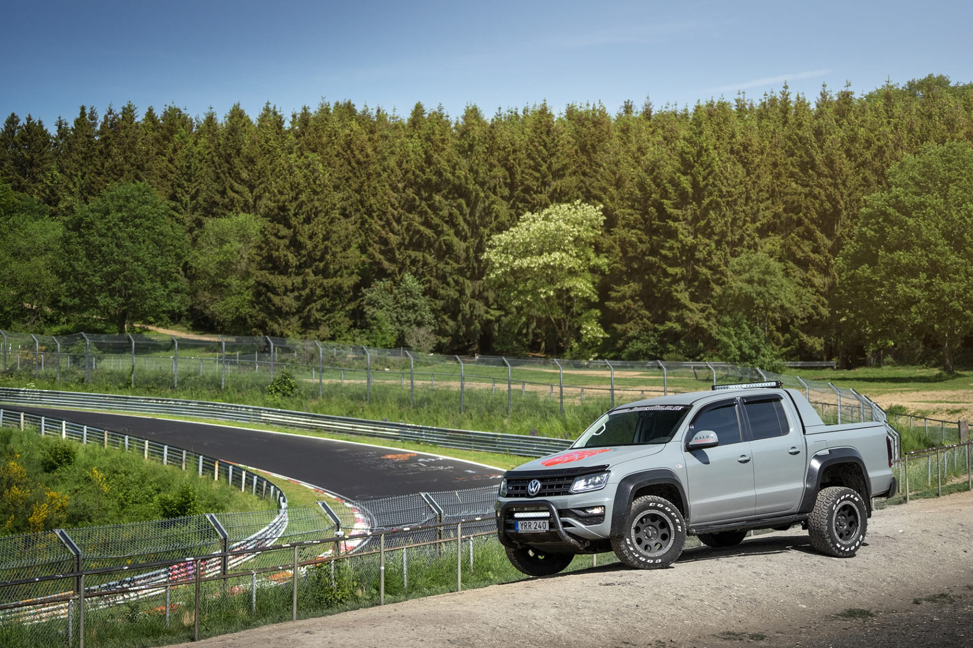 """En av de mest klassiska platserna på Nürburgring i bakgrunden med namnet Brunchen. Här kan man stå och beskåda allt från racingbilar till maskerade så kallade """"mulor"""" när bilindustrin har sina testdagar."""