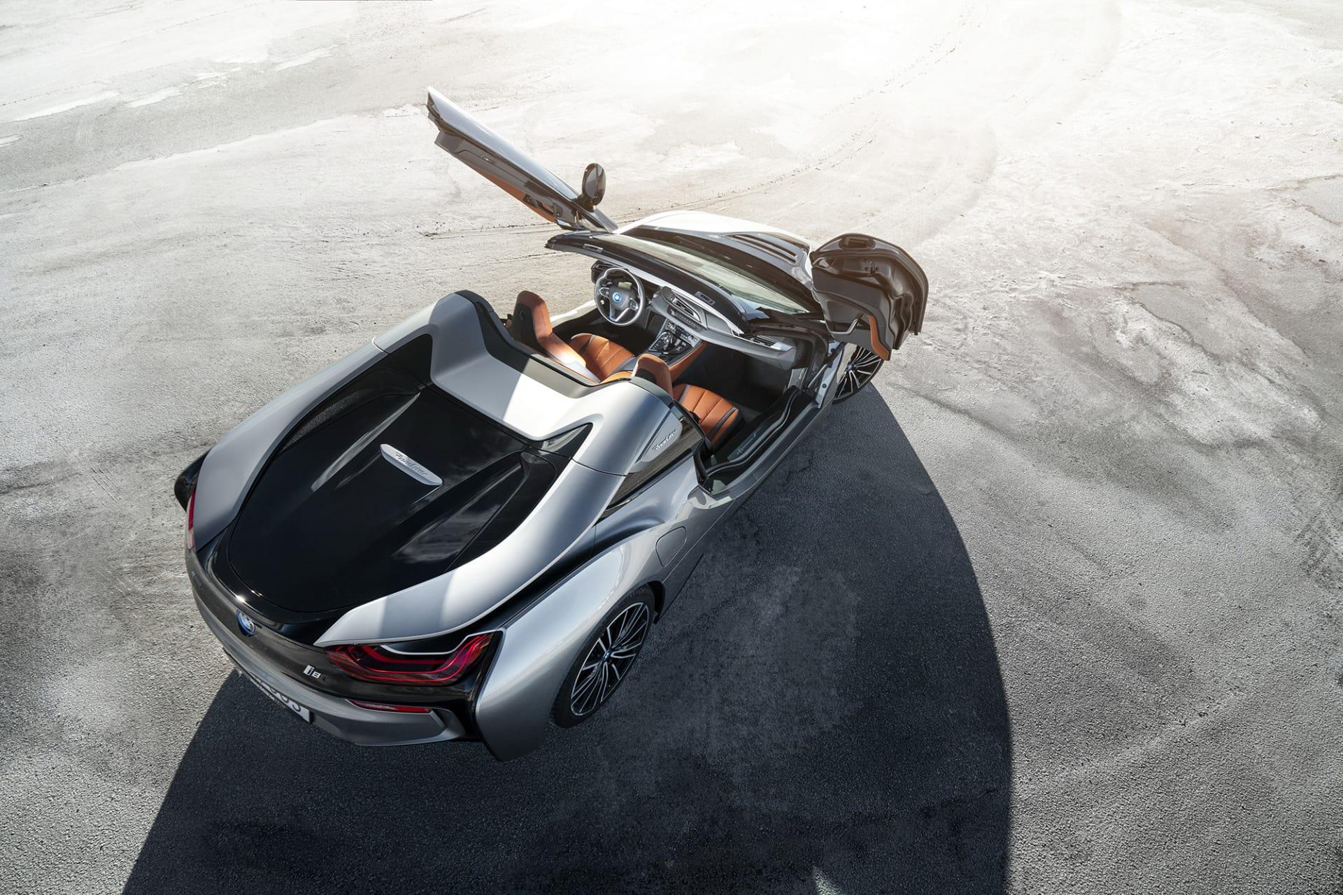 När de spektakulära ramlösa saxdörrarna öppnas på BMW i8 Roadster står ingen oberörd.