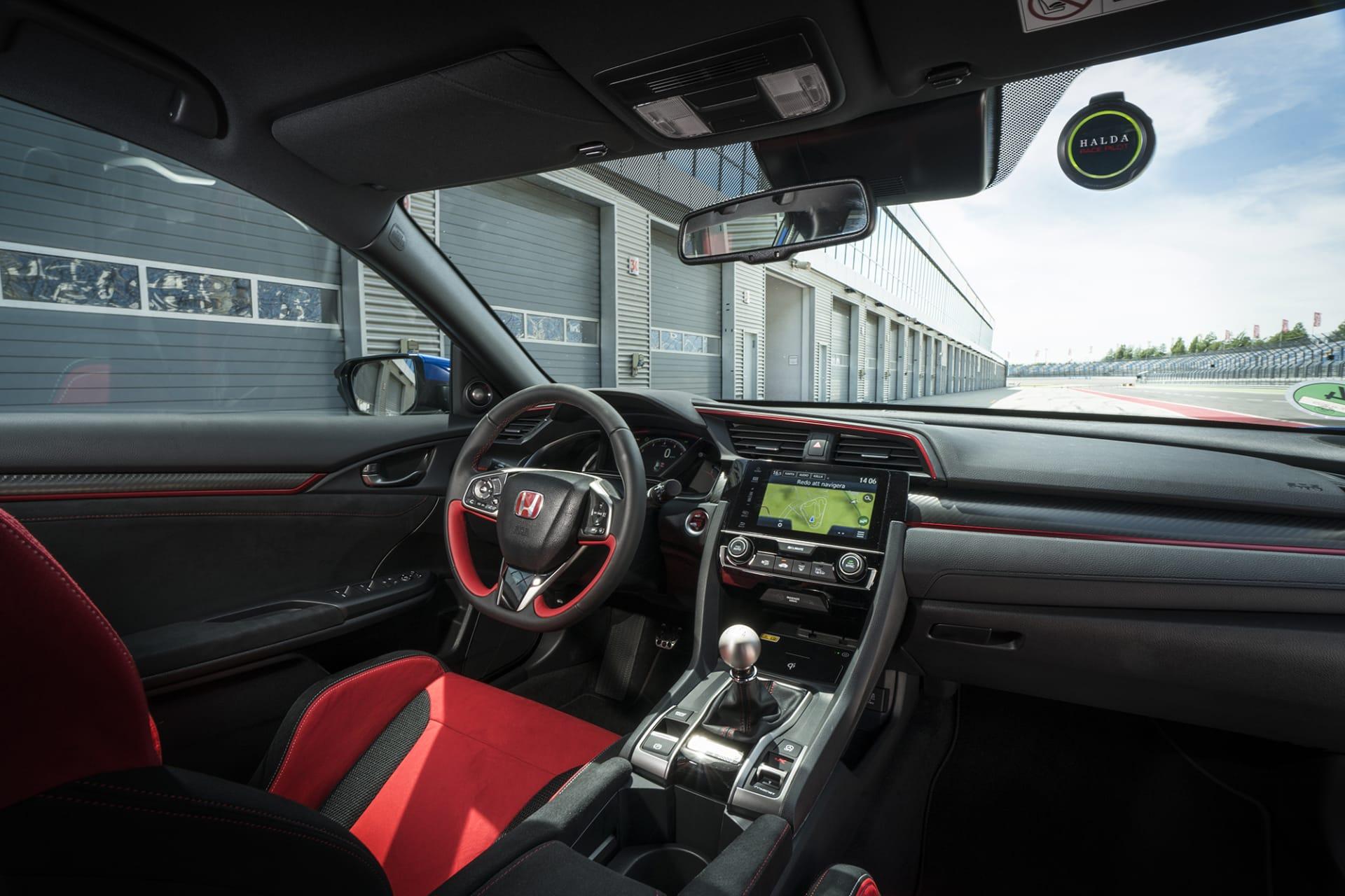 Inredningen i Honda Civic Type R är mycket trevlig, man sitter som i ett skruvstäd i sätena som är klädda med röd alcantara. I rutan sitter en GPS-puck från svenska klockmärket Halda, och all info lagras direkt i din klocka.
