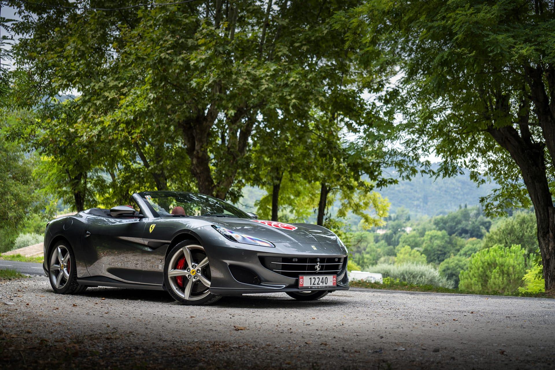 Man känner tydligt igen fronten och grillen på Portofinon med övriga Ferrari modeller.