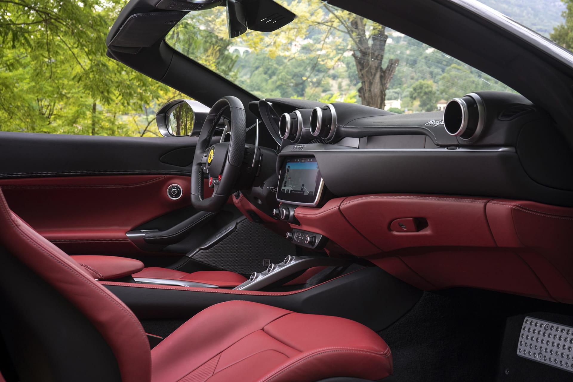 Läderarbetet i Ferrari bilar håller alltid en toppklass och så även i Portofinon. Kombinationen med rött och svart känns väldigt snyggt och klassiskt.