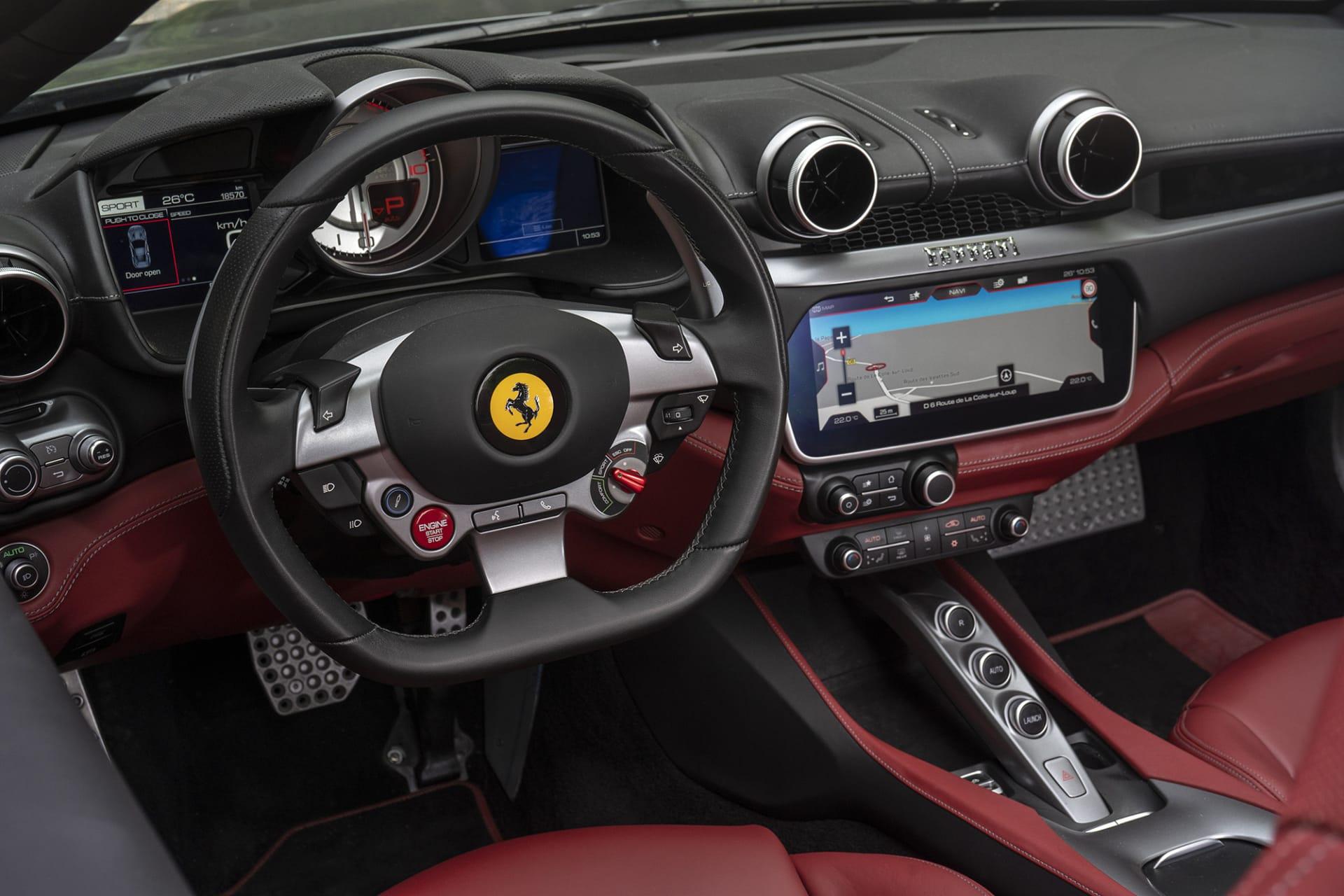 Interiören på Portofino är precis som övriga Ferrari modeller väldigt förarorienterad. Bakom ratten finns inga spakar utöver växelpadlarna. Alla reglage som normalt sitter där sitter som knappar på ratten.