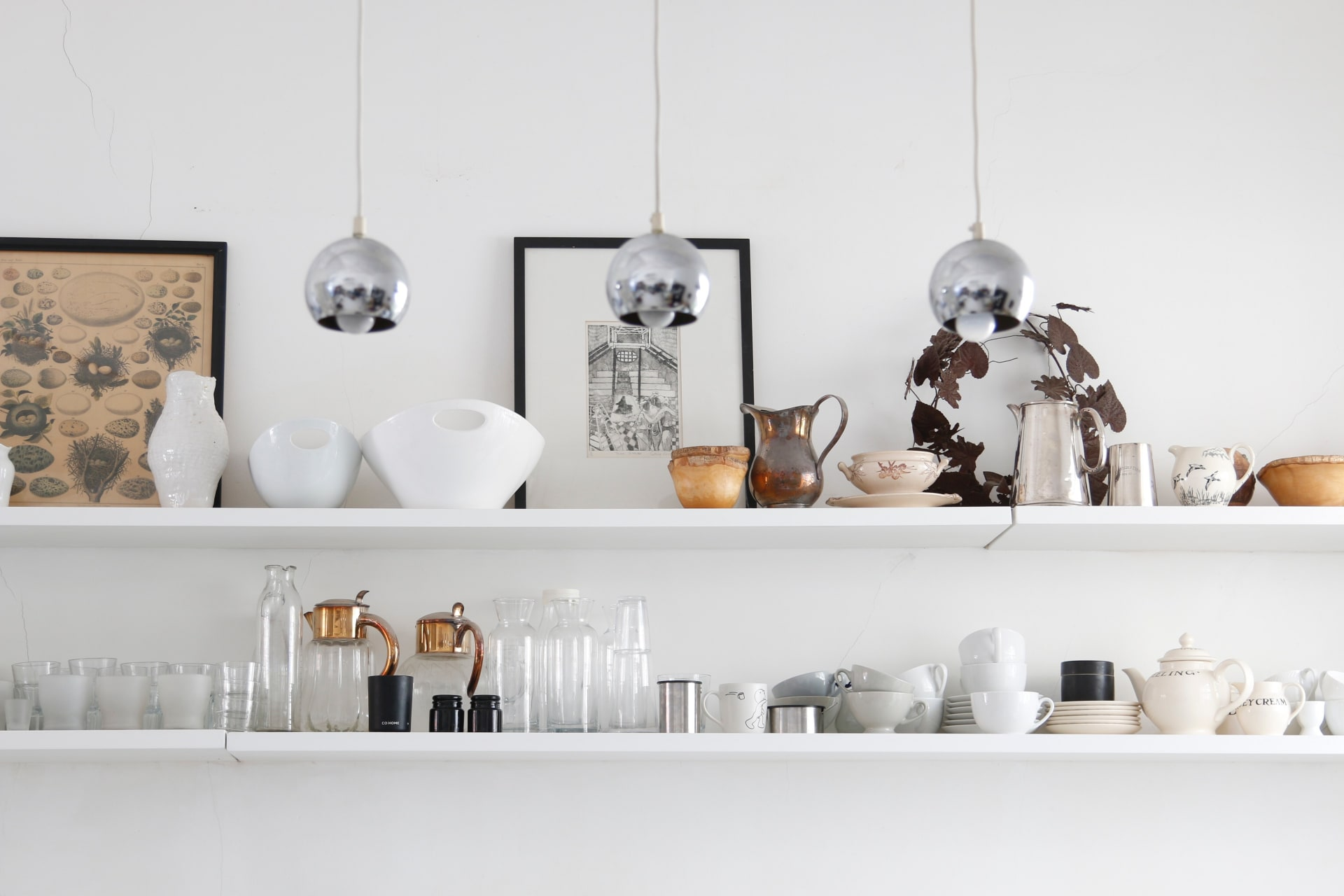 The open kitchen shelves are practical and are used to store glassware, crockery and some itemsthat the owner has collected on her travels.