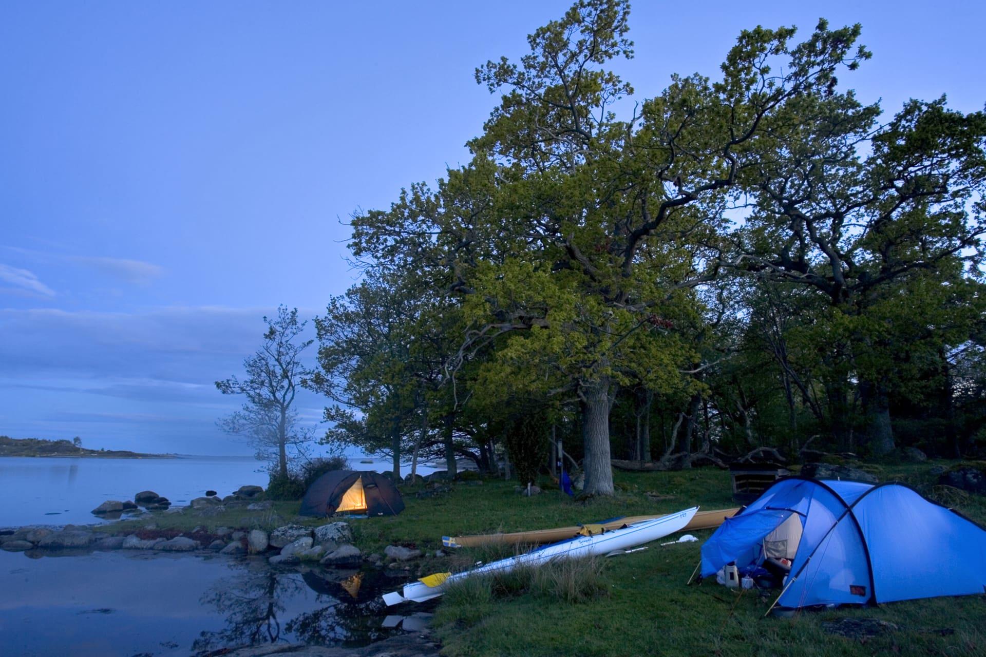 Stora Aspö är en strålande plats för nattläger. Kajakerna ligger uppdragna två meter från tälten.