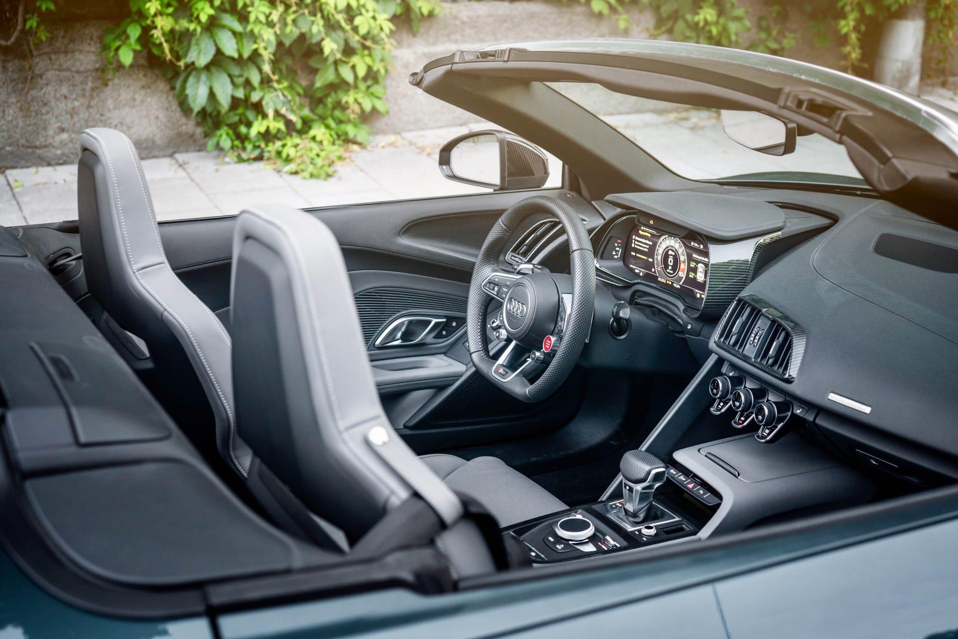 R8 är redan en låg bil i coupé utförandet och som spyder och ned nedfällt tak ännu lägre. Vecken på dörrarnas sidor driver luft till intagen bakom som är klädda i kolfiber.